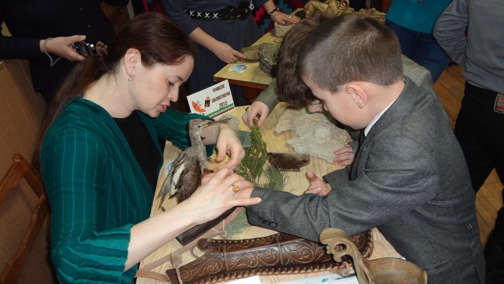 Дети знакомятся с экспонатами Национального музея